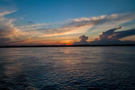 río amazonas: Puesta de sol en el r�o Amazonas, Brasil Foto de archivo