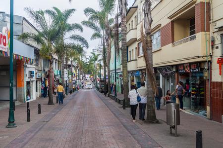 cafe colombiano: MANIZALES, COLOMBIA - 5 de septiembre, 2015: Calle en el centro de Manizales, ciudad en la zona cafetera de Colombia Editorial