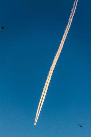 condensation: Rastro de condensación de un avión