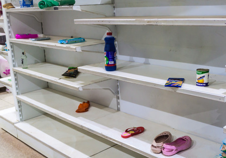 SANTA ELENA DE UAIREN, VENEZUELA - AUGUST 12, 2015: Empty shelves in a supermarket. Shortages of basic supplies are common in Venezuela. Reklamní fotografie - 62235251