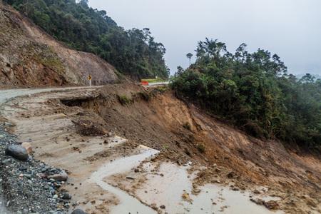 Erdrutsch auf einer Straße in Cuenca Region von Kolumbien
