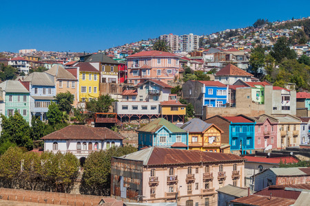 case colorate: Colorful houses on hills of Valparaiso, Chile