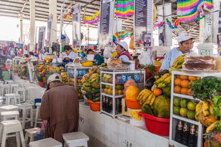 san pedro: CUZCO, PERU - MAY 23, 2015: Fruit juice stalls in Mercado San Pedro market in Cuzco, Peru. Editorial