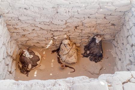 mummification: Preserved mummies in a tomb of Chauchilla cemetery in Nazca, Peru
