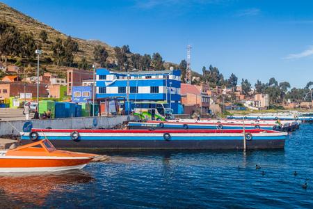 TIQUINA STRAIT, BOLIVIA - 11 DE MAYO DE 2015: Balsas están preparadas para el transporte de vehículos a través del estrecho de Tiquina en el lago Titicaca, Bolivia