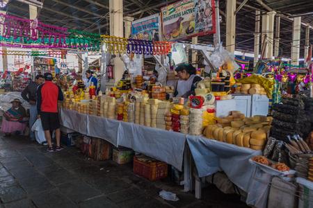 クスコ、ペルーのクスコ, ペルー - 2015 年 5 月 23 日: メルカード サンペドロのインテリア市場。 写真素材