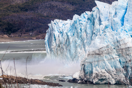 calafate: Ice falling from Perito Moreno glacier causing a big wave, Argentina Stock Photo