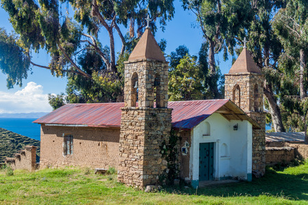 casa colonial: Iglesia de San Antonio en la aldea de Yumani en Isla del Sol (Isla del Sol) en el lago Titicaca, Bolivia Foto de archivo