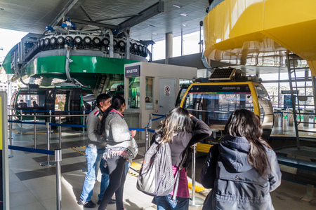 LA PAZ, BOLIVIA - 28 DE ABRIL DE 2015: Interior de la estación Libertador de Teleferico (teleférico) en La Paz, Bolivia