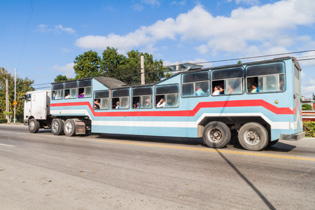 CAMAGUEY, CUBA - JAN 26, 2016: Trailer bus with the nickname Camello (Camel) in Camaguey Reklamní fotografie - 78750277