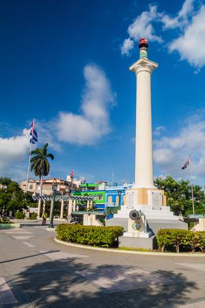 SANTIAGO DE CUBA, CUBA - 31 DE ENERO DE 2016: Columna de la libertad en el cuadrado de Plaza de Marte en Santiago de Cuba, Cuba