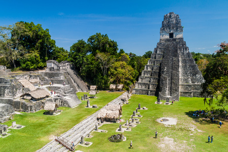 TIKAL, GUATEMALA - MARCH 14, 2016: Tourists at the Gran Plaza at the archaeological site Tikal, Guatemala Редакционное