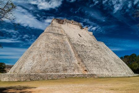 Piramide van de Tovenaar (Piramide del Adivino) in de oude Maya-stad Uxmal, Mexico