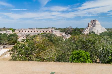 Nun's Quadrangle (Cuadrangulo de las Monjas) gebouwencomplex en de Piramide van de Tovenaar (Piramide del adivino) bij de ruïnes van de oude Maya stad Uxmal, Mexico
