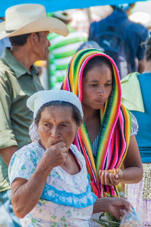 SAN MANUEL DE COLOHETE, HONDURAS - APRIL 15, 2016: Local indigenous people at a market. There is a big market in this village twice a month. Редакционное