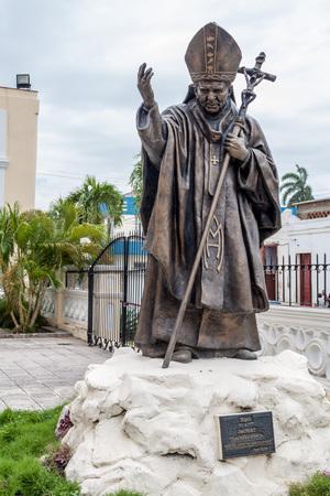 HOLGUIN, KUBA - 28. JANUAR 2016: Statue von Jean Paul II in Holguin. Standard-Bild - 79290772