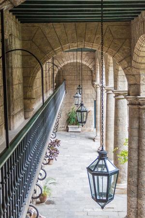 팔라시오 드 로스 Capitanes Generales, 아치 밑의 통로, 도시의 박물관은 쿠바의 올드 하바나에 있습니다.