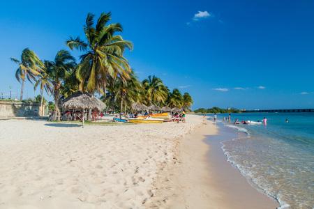 PLAYA GIRON, CUBA - 14 FEBRUARI, 2016: Toeristen bij het strand Playa Giron, Cuba. Dit strand staat bekend om zijn rol tijdens de invasie van de baai van varkens. Stockfoto