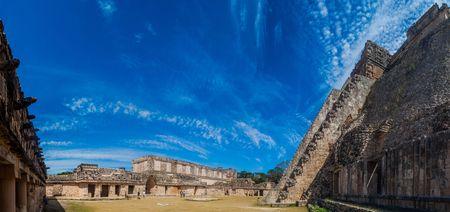UXMAL, MEXICO - 28 FEBRUARI, 2016: Toeristen tussen het de Vierhoek (Cuadrangulo de las Monjas) complex van de Non en de Piramide van de Tovenaar (Piramide del Adivino) bij de ruïnes van de oude Mayan stad Uxmal, Mexico Redactioneel
