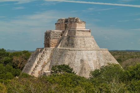 Piramide van de Tovenaar (Piramide del Adivino) bij de ruïnes van de oude Maya-stad Uxmal, Mexico