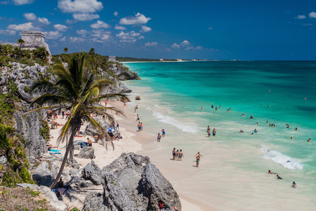 TULUM, MEXIO - FEB 29, 2016: Tourists at the beach under the ruins of the ancient Maya city Tulum, Mexico Reklamní fotografie - 79480670