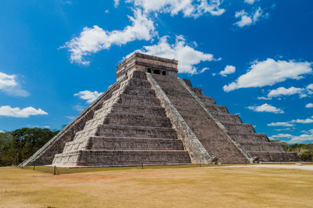 Pyramid Kukulkan in the Mayan archeological site Chichen Itza, Mexico Reklamní fotografie - 79459474