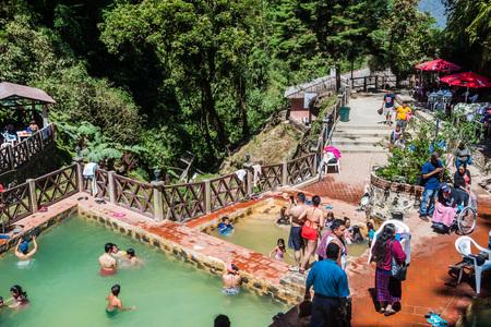 푸 엔 게 오르와 나, 과테말라 - 2016 년 3 월 22 일 : 열 풀에서 목욕하는 사람들 Funtes Georginas.