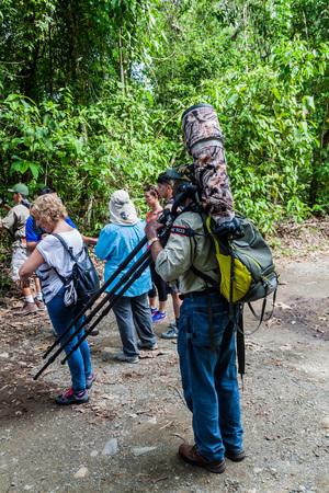 turismo ecologico: MANUEL ANTONIO, COSTA RICA - MAY 13, 2016: Tourists in the National Park Manuel Antonio, Costa Rica Editorial
