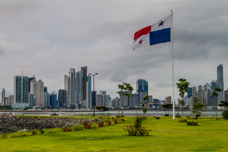 bandera panama: Skylina of Panama City with panamian flag