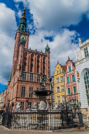 GDANSK, POLEN - SEPTEMBER 2, 2016: De fontein van Neptunus en het stadhuis in Gdansk, Polen Redactioneel