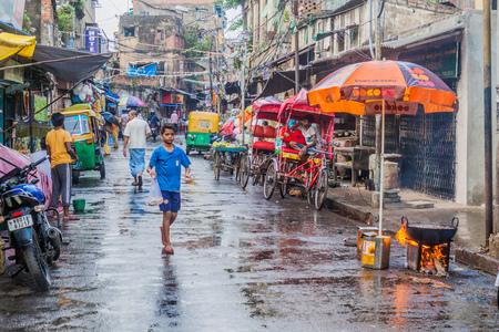 rikscha: KOLKATA, INDIA - OCTOBER 30, 2016: Street traffic in the center of Kolkata, India