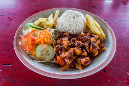 ボカス・デル・トロ群島の海辺のレストランでタコの食事, パナマ