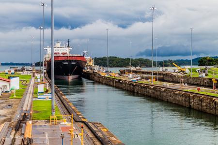 Porte-conteneurs passe par les écluses de Gatun, une partie du canal de Panama Banque d'images
