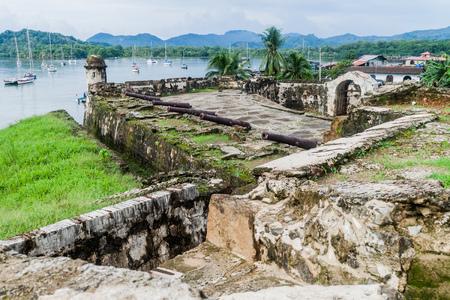 Sail boats and Fuerte Santiago fortress in Portobelo village, Panama 免版税图像