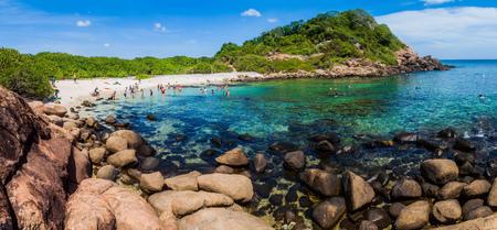 PIGEON ISLAND, SRI LANKA - 25 LUGLIO 2016: La gente fa snorkeling su una barriera corallina nel parco nazionale dell'isola di piccione vicino al villaggio di Nilaveli nello Sri Lanka. Archivio Fotografico - 92809201