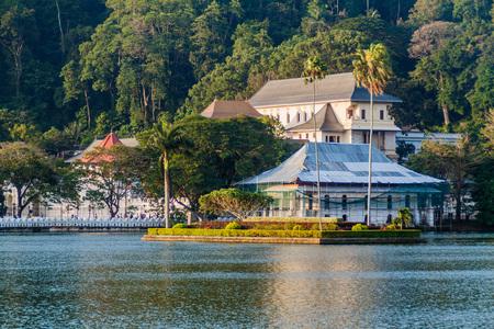 スリランカ、キャンディのボガンバラ湖と神聖な歯の遺物の寺院