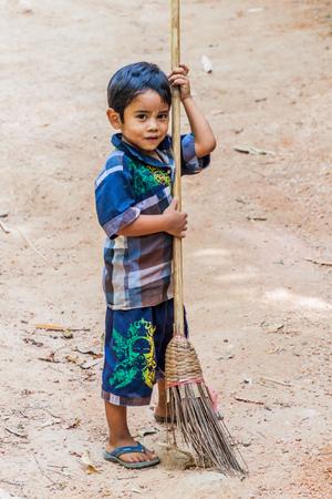 MT KYAIKTIYO, MYANMAR - DECEMBER 11, 2016: Small boy cleaning the hiking trail to Mt Kyaiktiyo (Golden Rock). Editöryel
