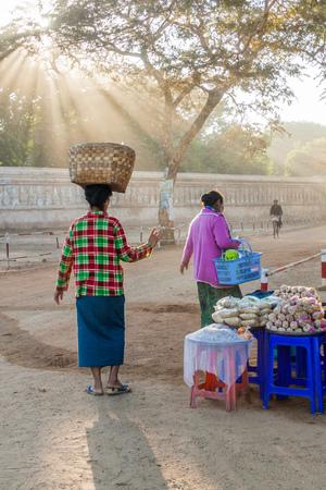 BAGAN, MYANMAR - DECEMBER 7, 2016: Locals prepare their food stalls in Bagan, Myanmar. Редакционное