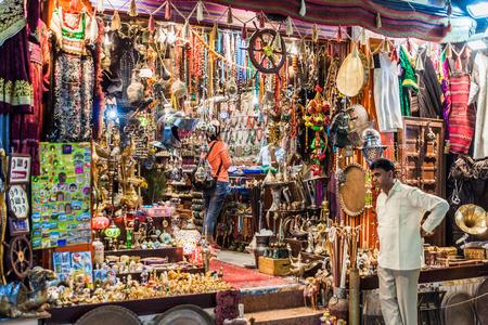 MUSCAT, OMÁN - 22 DE FEBRERO DE 2017: Tienda en Muttrah souq en Muscat, Omán