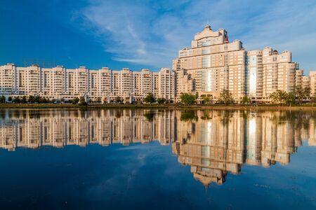 Blick auf den Fluss Svislach und eine Reihe von Mehrfamilienhäusern in Minsk, Weißrussland