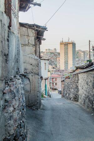 Alley in Kond neigborhood in Yerevan, Armenia 免版税图像