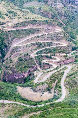 Road between Tatev and Halidzor in Vorotan river valley, Armenia. Stockfoto