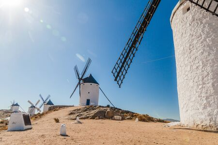 Molinos de viento en la aldea de Consuegra, España