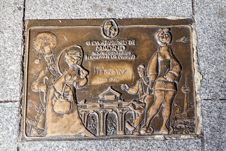 MADRID, SPAIN - OCTOBER 21, 2017: Bronze plaque commemorating old shop Casa Hernanz Alpargateria in Madrid 新聞圖片