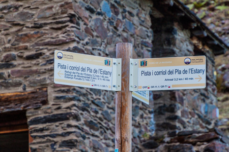 COMA PEDROSA, ANDORRA - OCTOBER 27, 2017: Hiking marking in Parc Natural Comunal de les Valls del Comapedrosa national park in Andorra Redactioneel