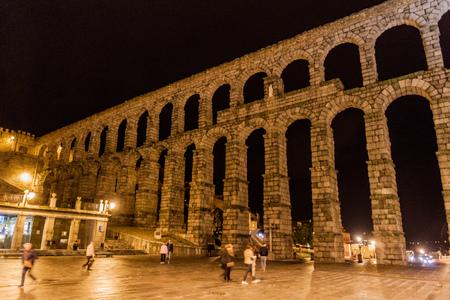 SEGOVIA, SPAIN - OCTOBER 19, 2017: Evening view of Roman Aqueduct in Segovia, Spain Archivio Fotografico - 131959799