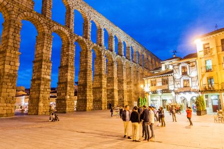 SEGOVIA, SPAIN - OCTOBER 20, 2017: Evening view of Roman Aqueduct in Segovia, Spain Archivio Fotografico - 131959918