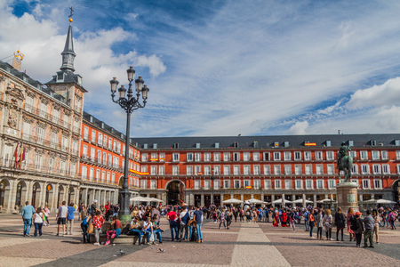 MADRID, SPAIN - OCTOBER 22, 2017: Buildings at Plaza Mayor square in Madrid. Redactioneel