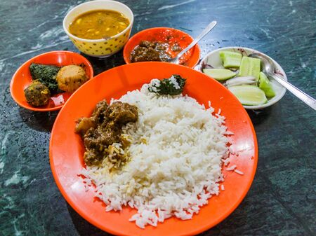 Meal in Bangladesh - Rice, Alo vorta, dhal, Shim borta and chicken curry Imagens