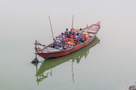 RAJSHAHI, BANGLADESH - 9 NOVEMBRE 2016: Barca di legno al fiume Padma in Rajshahi, Bangladesh